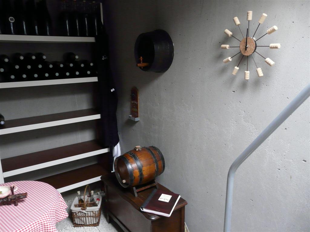 Intérieur de cave préfabriquée en béton avec rangement