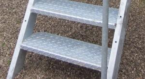 Les marches de l'escalier acier galvanisé